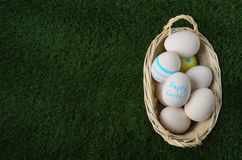 Плетеная корзина пасхального яйца на зеленой траве надземной Стоковые Изображения RF