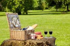 Плетеная корзина пикника с вином и хлебом Стоковые Изображения RF