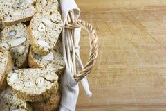 Плетеная корзина с много коричневых домодельных печений с гайками Стоковые Изображения RF