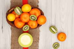 Плетеная корзина с тропическими плодоовощами Стоковое Изображение