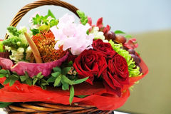Плетеная корзина с цветками закрывает Стоковые Изображения