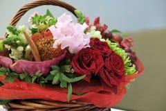 Плетеная корзина с цветками Стоковая Фотография RF