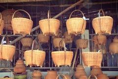 Плетеные корзины в уличном рынке Стоковое Изображение RF
