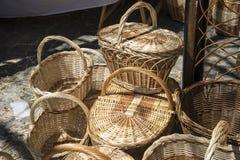 плетеные корзины handmade в традиционном средневековом магазине, ремесла i Стоковая Фотография