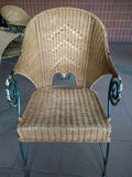 Плетеный стул outdoors, плетеный стул в ресторане, плетеный стул Стоковое Фото