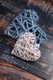 2 плетеных сердца на затрапезной предпосылке Стоковые Изображения