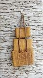 3 плетеных сумки вися на белой стене Стоковое Фото