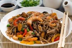 плита азиатских лапшей гречихи с морепродуктами и овощами Стоковые Изображения RF