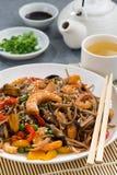 плита азиатских лапшей гречихи с морепродуктами и овощами Стоковое Изображение