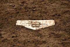 Плита бейсбола домашняя на поле с свежей грязью Стоковое Фото