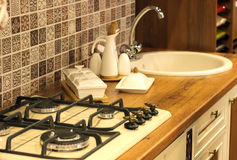 Плита, белый tableware, раковина в кухне Стоковая Фотография