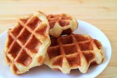 Плита бельгийских Waffles на белой плите, который служат на деревянном столе Стоковое Фото