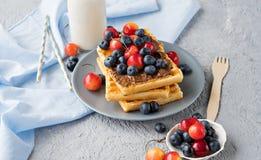 Плита бельгийских waffles с шоколадом и ягодами Стоковое Фото
