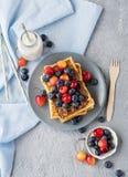 Плита бельгийских waffles с шоколадом и ягодами Стоковые Изображения