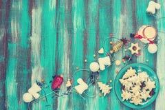 Плита бирюзы с печеньями для рождества скопируйте космос Стоковое Изображение RF