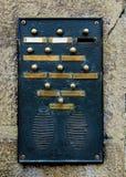 Плита дверного звонока в каменной стене. стоковая фотография