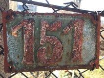Плита винтажного металла квадрата grunge ржавая номера адреса улицы с номером Стоковые Фото