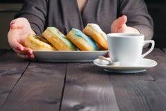 Плита владением женщины с donuts Стоковое фото RF