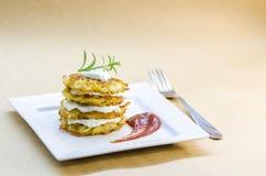 Плита зажаренных вегетарианских блинчиков картошки Стоковые Изображения