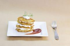 Плита зажаренных вегетарианских блинчиков картошки Стоковое Изображение RF