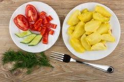 Плита зажаренных картошек и овощей, укропа и вилки Стоковая Фотография RF