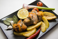 Плита зажаренных рыб с зажаренной в духовке картошкой Стоковые Фотографии RF