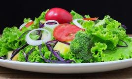 Плита зеленого салата с овощами Стоковые Изображения