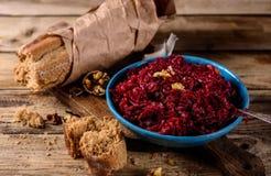 Плита диетического салата свекл с грецкими орехами Стоковое Изображение RF