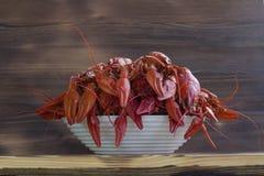 Плита красных clawfishes на деревянной предпосылке Стоковое Изображение RF