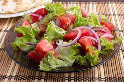 Плита крупного плана с салатом прерванных кусков томата Стоковое Изображение RF