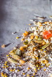 Плита домодельного muesli с семенами тыквы, пыли цветка, candied плодоовощ, замораживания - высушенного абрикоса Стоковые Фотографии RF