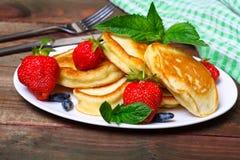 Плита очень вкусных свеже подготовленных блинчиков с клубникой Стоковое Изображение RF