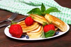 Плита очень вкусных свеже подготовленных блинчиков с клубникой Стоковая Фотография RF