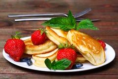 Плита очень вкусных свеже подготовленных блинчиков с клубникой Стоковое Изображение