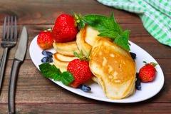 Плита очень вкусных свеже подготовленных блинчиков с клубникой Стоковые Фото