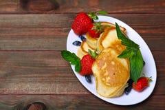 Плита очень вкусных свеже подготовленных блинчиков с клубникой Стоковые Изображения