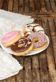 Плита пестротканых donuts на таблице Стоковое Изображение