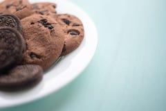 Плита печений с fudge шоколада и зефиром на предпосылке цвета мят деревянной текстуры Стоковое Изображение RF