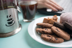 Плита печений с fudge шоколада и зефиром на backg Стоковое Фото