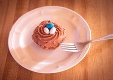Плита пирожного гнезда птицы и десерт вилки Стоковое Фото