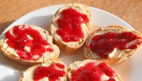 Плита покрытый коркой хлеба и варенья стоковое изображение rf