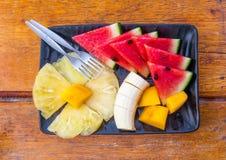 Плита плодоовощ на деревянном столе Стоковая Фотография