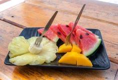 Плита плодоовощ на деревянном столе Стоковая Фотография RF