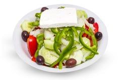 Плита реального греческого салата изолированного на белизне Стоковое Изображение