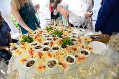Плита ресторанного обслуживания аппетитные сандвичи на пластмассе вставляют rangeSandwiches на таблице шведский стол стоковые фото
