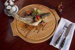 Плита рыб на доске Стоковые Фотографии RF