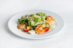 Плита салата на белой предпосылке Стоковые Изображения RF