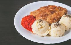 Плита свежих, горячих, кудрявых жареной курицы и картофельных пюре Стоковые Изображения RF
