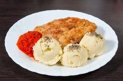 Плита свежих жареной курицы и картофельных пюре Стоковые Фотографии RF