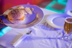 Плита стекла бургера и пива на таблице Стоковая Фотография RF